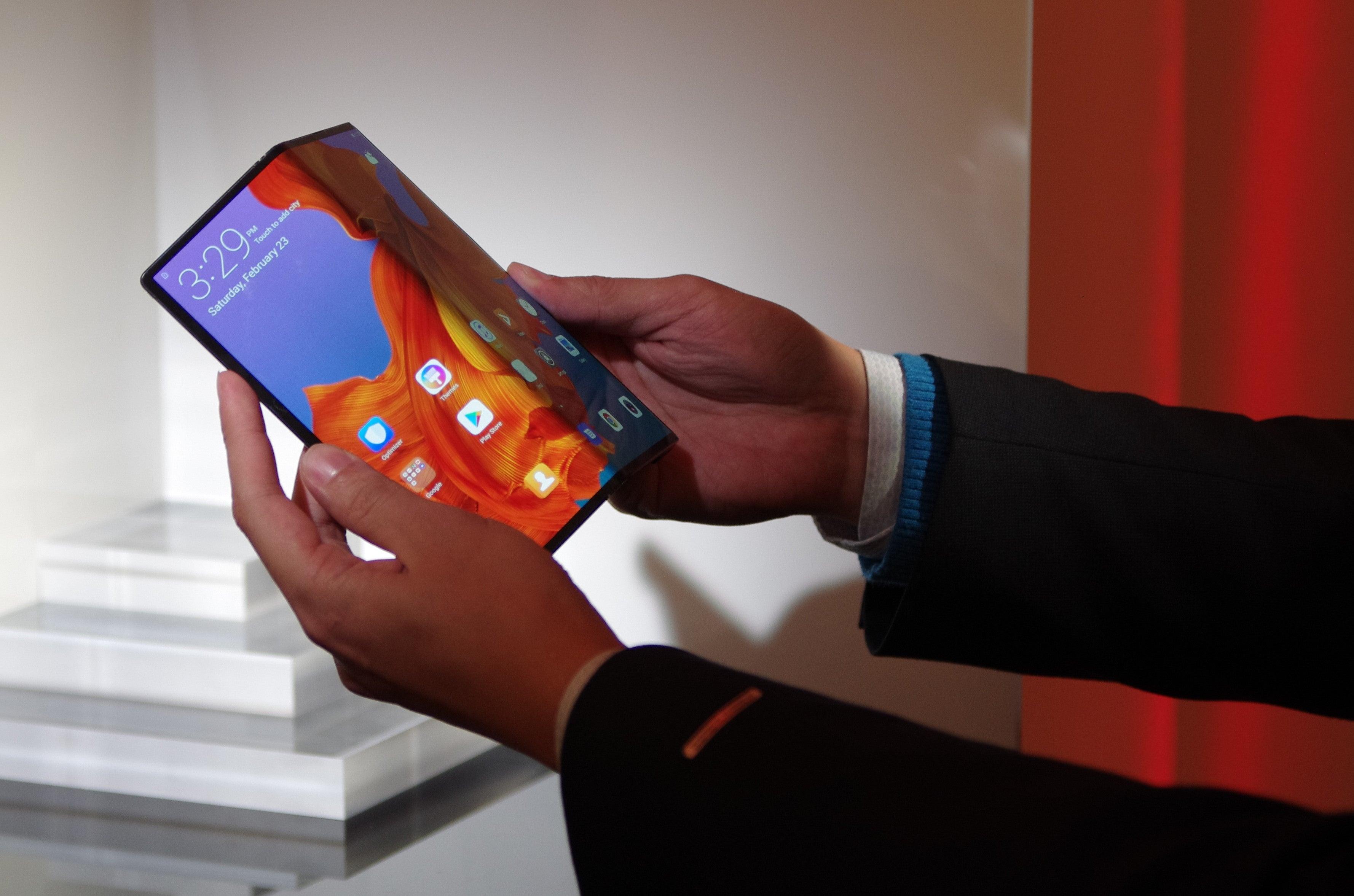 Huawei Mate X halb aufgeklappt in der Hand