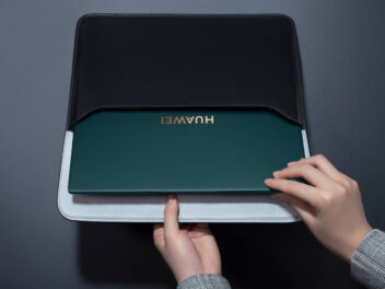 Huawei MateBook X Pro (2021) wird aus einer Schutztasche gezogen.