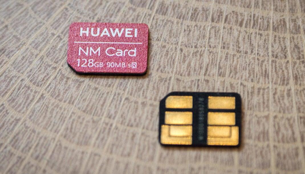 Die Nano-Memory-Card von Huawei von beiden Seiten