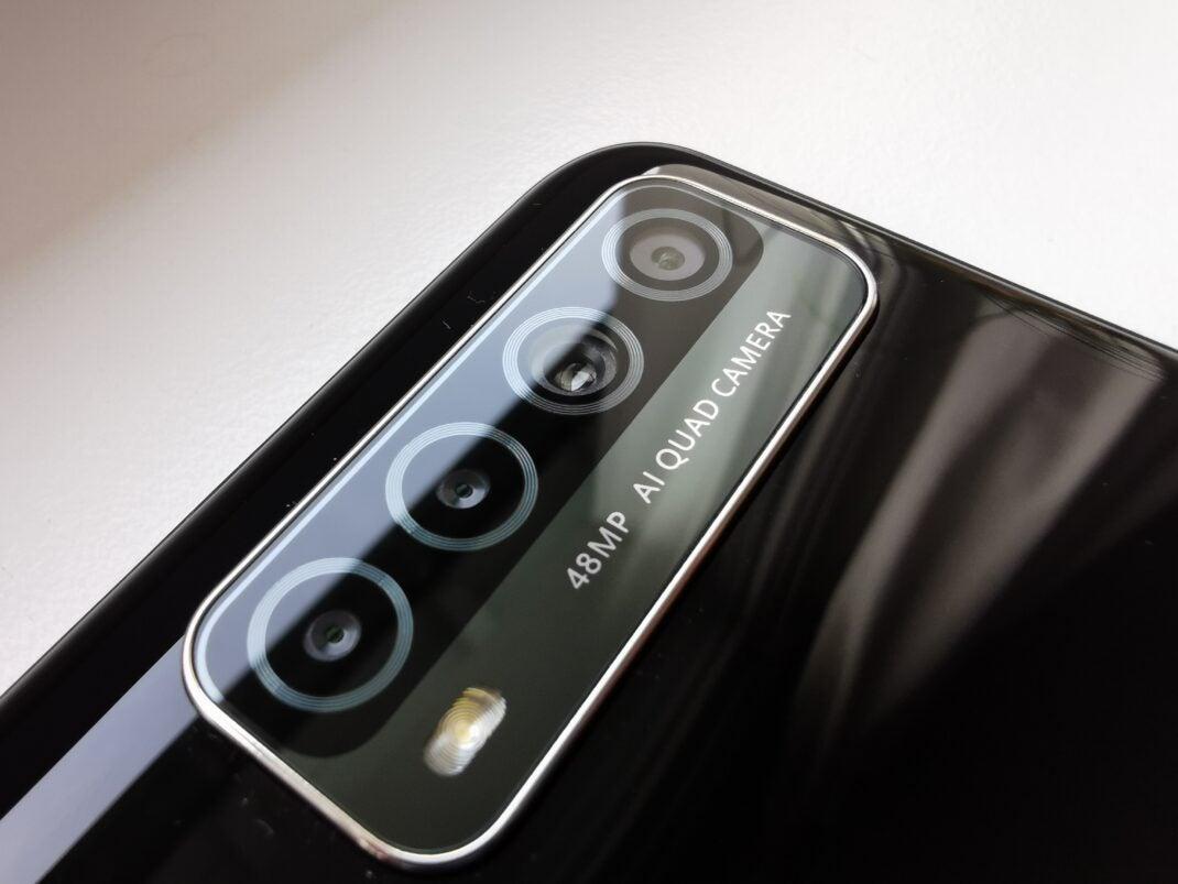 Die Quad-Kamera des Das Huawei P smart 2021 im Fokus vor weißem Hintergrund.