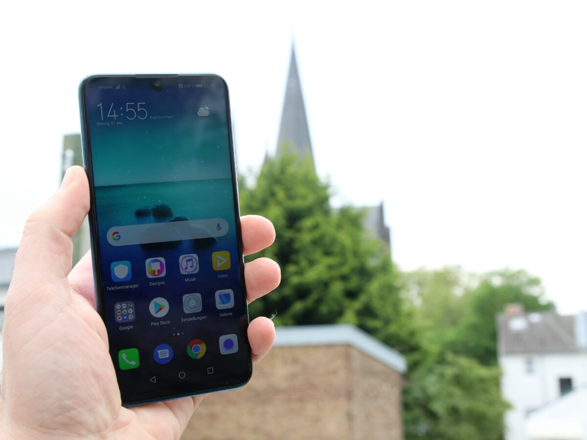 Front des Huawei P30 Lite in Hand