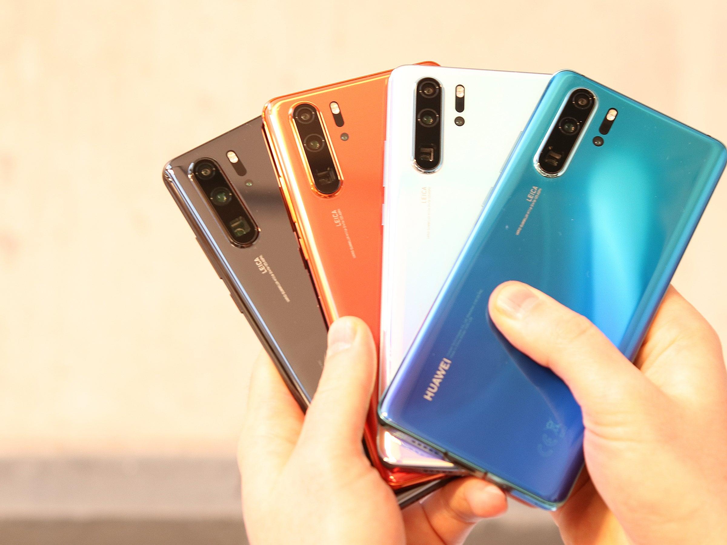 Alle Farbversionen des Huawei P30 Pro in der Hand.