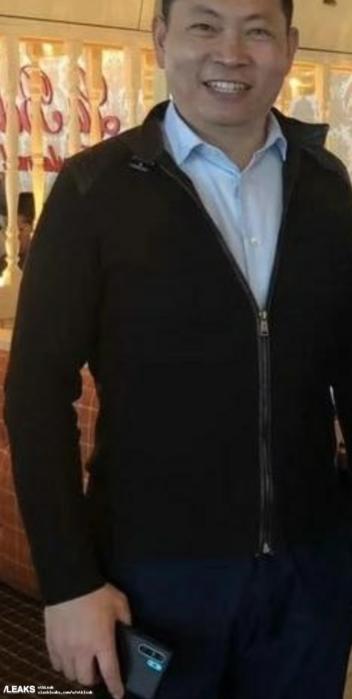 Richard Yu mit einem Huawei P30