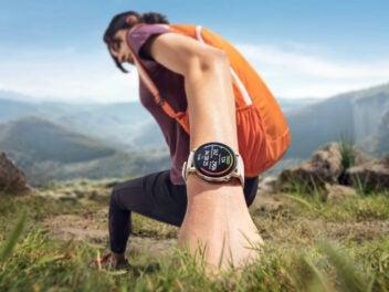 Huawei Watch GT 3 am Handgelenk einer Wanderin