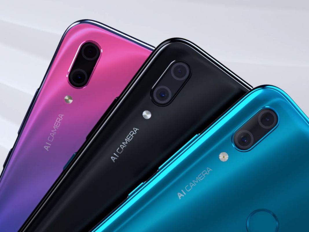 Ein Handyfächer mit drei verschiedenen Farben des Huawei Y9 (2019)