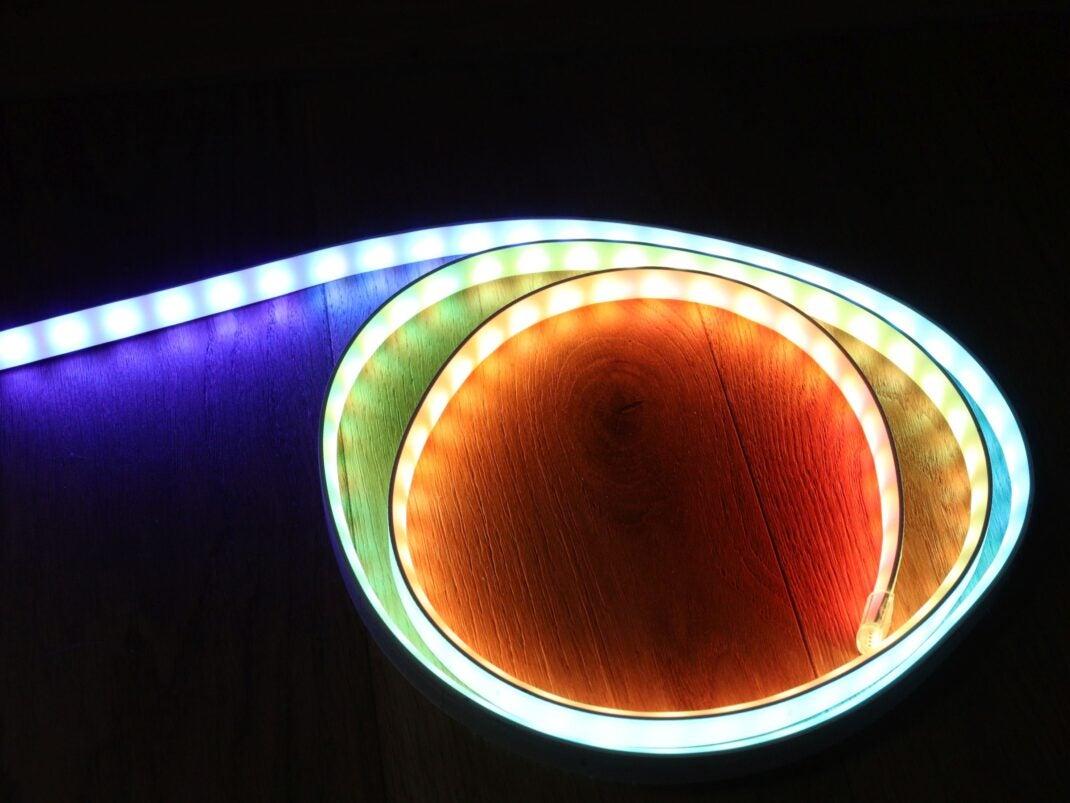 Der Hue Gradient Stripe: Farbverlauf von blau über grün nach rot auf zwei Metern