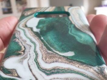 Grün marmorierte Handyhülle von iDeal of Sweden