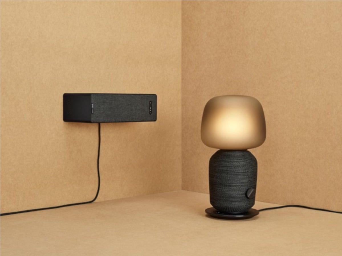 Lautsprecher an der Wand und Lampe mit Lautsprecher im Fuß