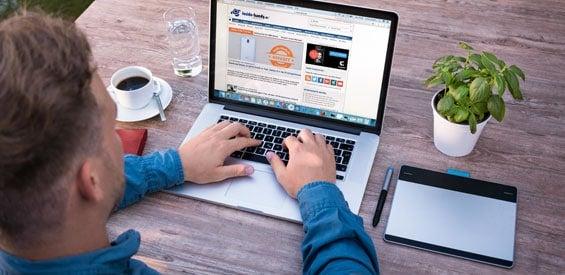 Mann sitzt an Laptop vor inside-digital.de