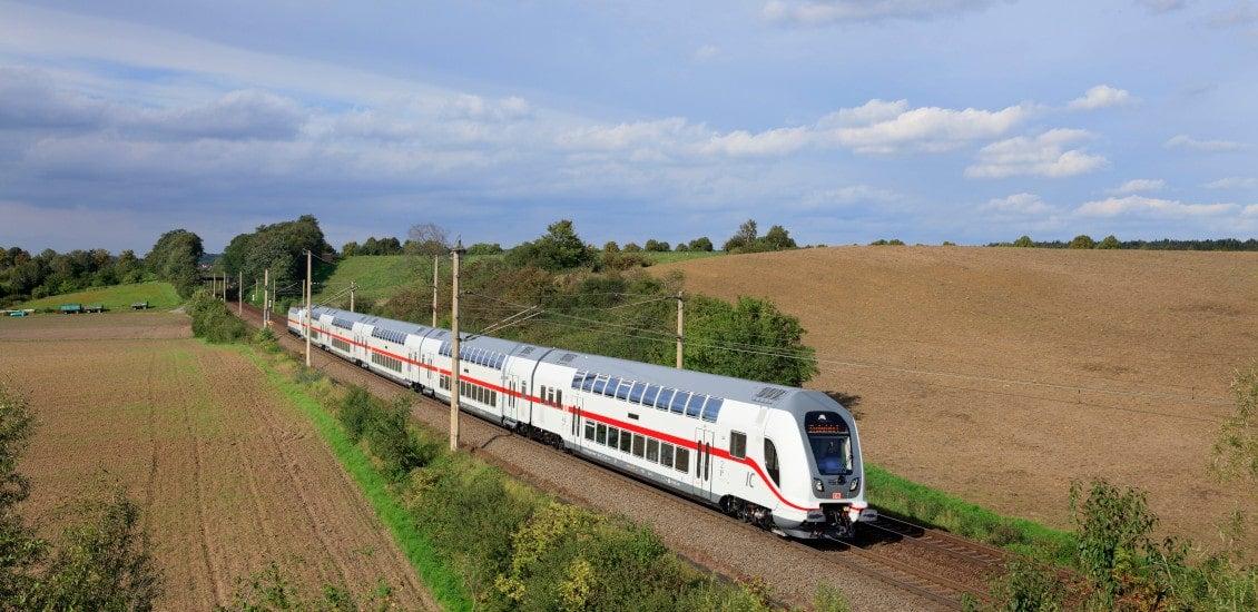 InterCity 2 der Deutschen Bahn auf der Schiene.