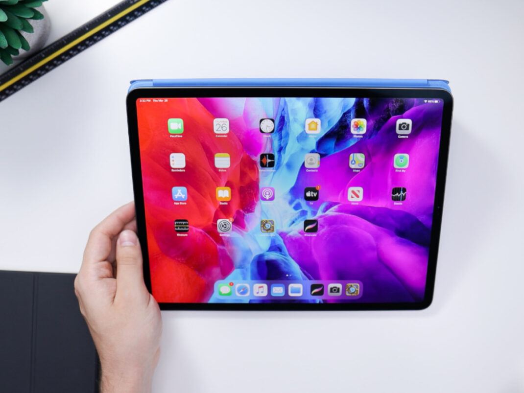 Ein Apple iPad auf einem weißen Tisch