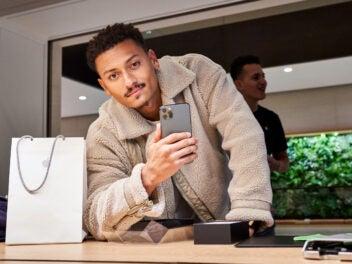 Mann mit iPhone 11 Pro