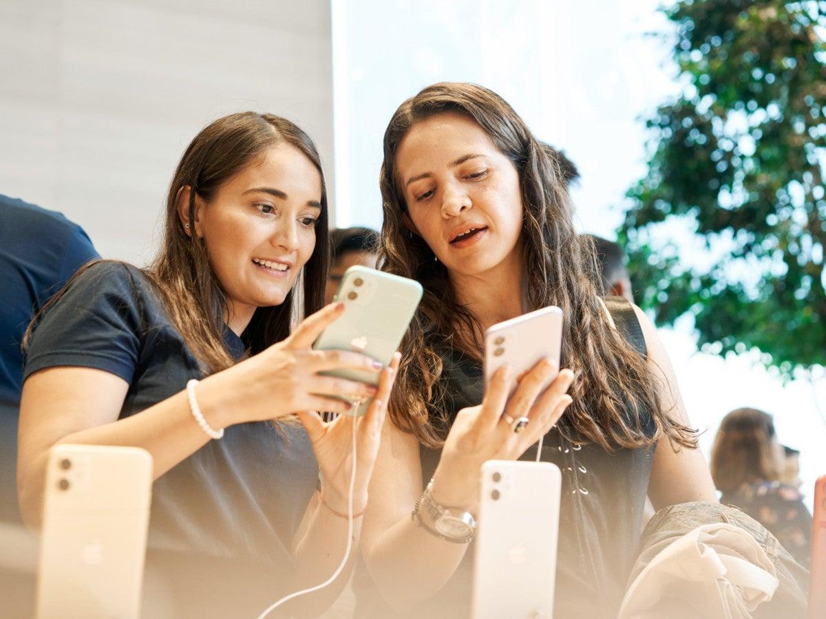 iPhone 11 in der Hand von zwei Mädchen