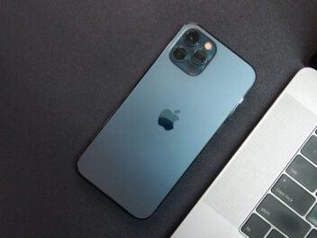 iPhone 12 Pro in Blau neben einem MacBook