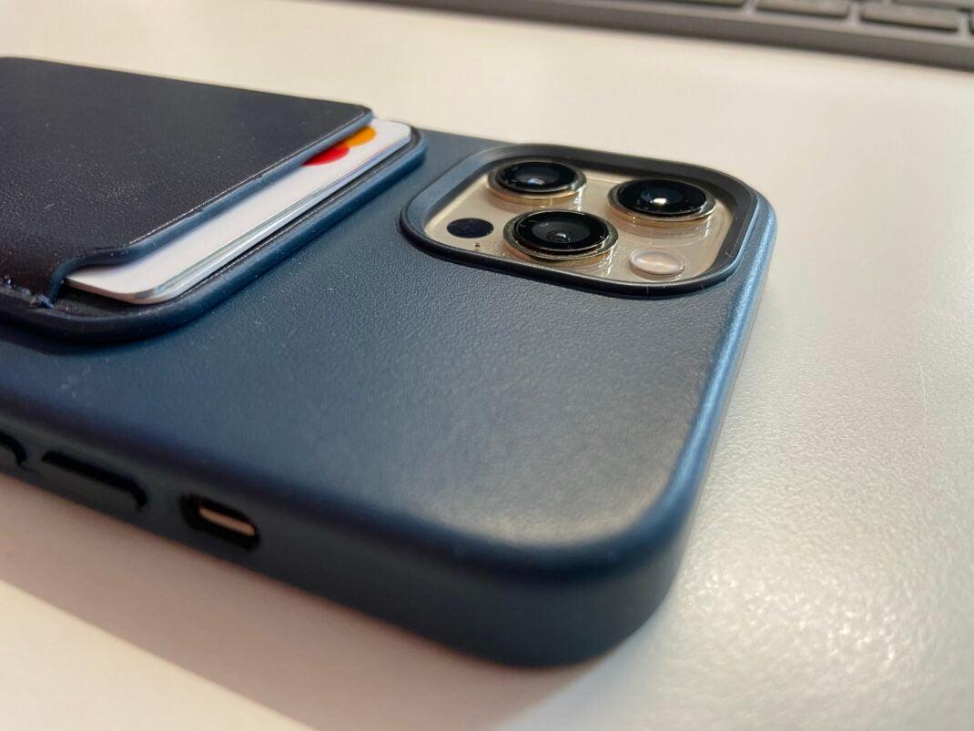 Das Apple MagSafe-Case mit einem magnetischen Kartenhalter