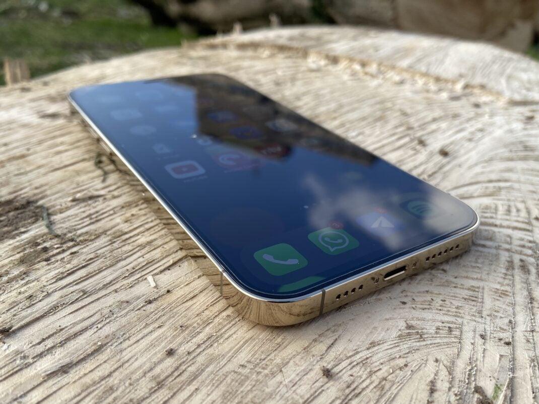 Das iPhone 12 Pro Max fällt durch sein eckiges Design auf