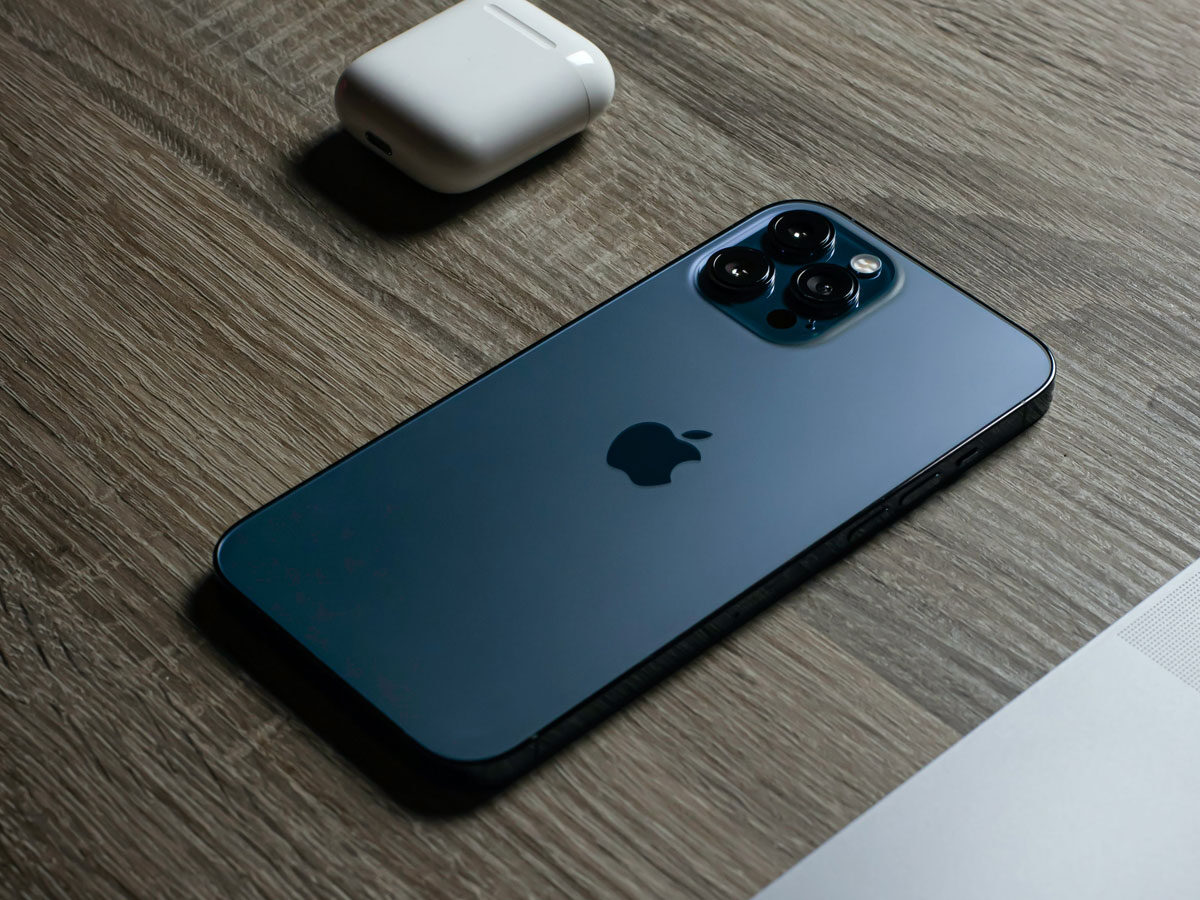 iPhone 12 Pro mit AirPods 2