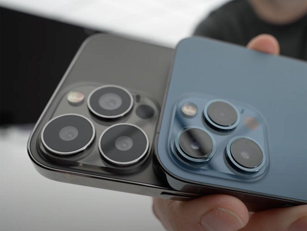 Dummy des iPhone 13 Pro Max im Vergleich mit dem iPhone 12 Pro Max