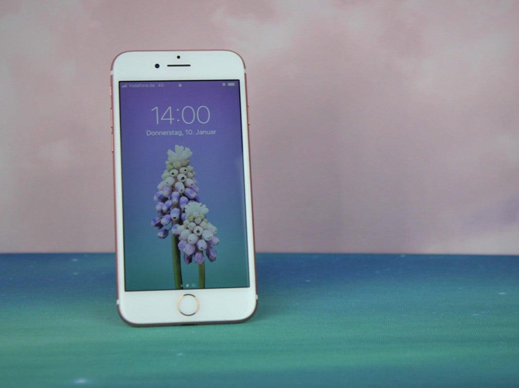 Stehendes iPhone 7 in Roségold