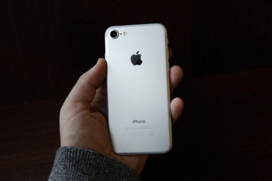iPhone 7 in einer Hand
