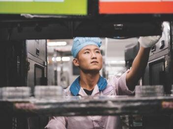 Arbeiter in einem Werk von Foxconn