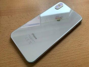 iPhone X auf Holztisch