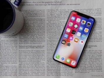 iPhone X liegt auf einer Zeitung
