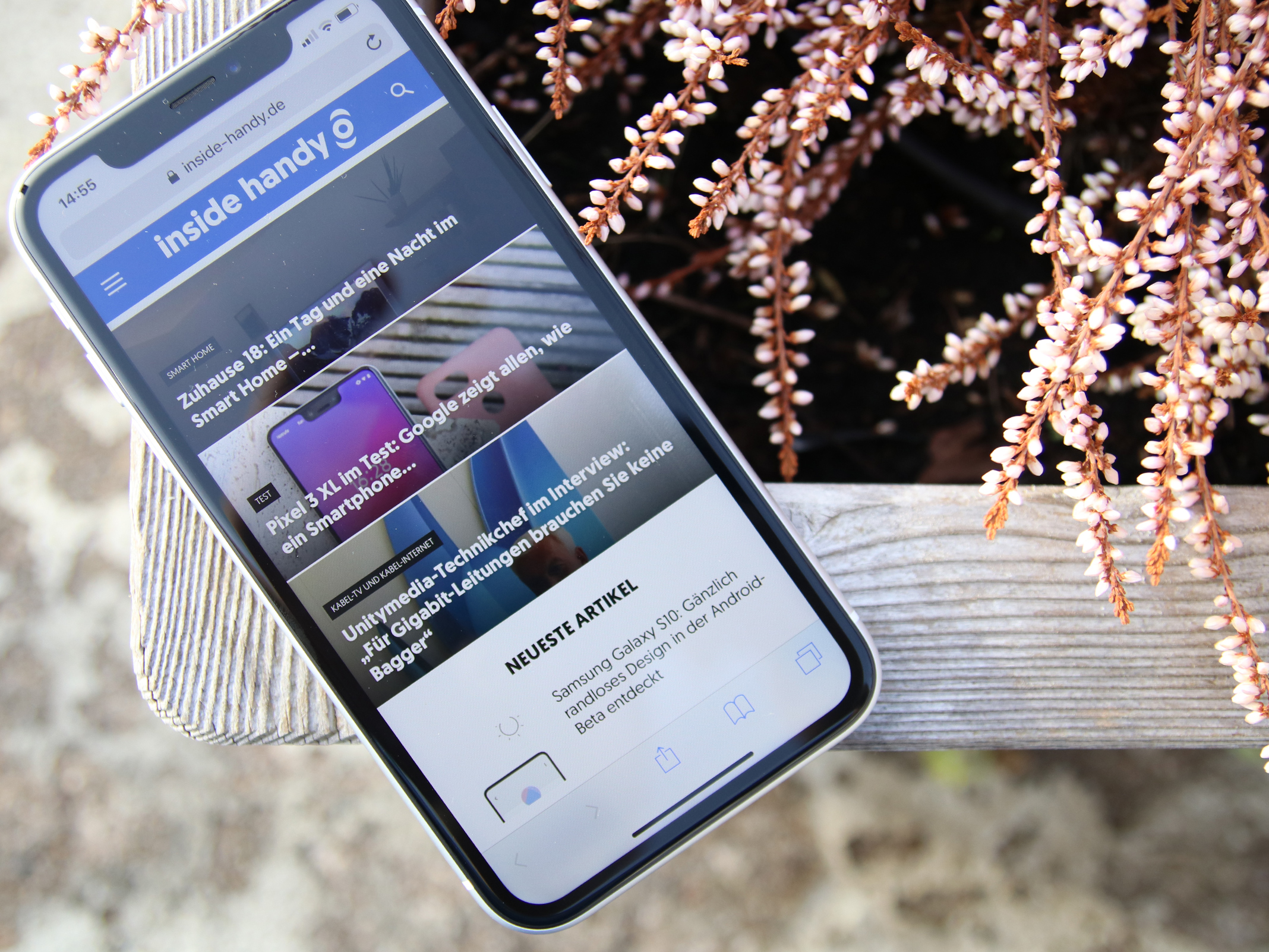 Apple iPhone XR auf einer Pflanzbox