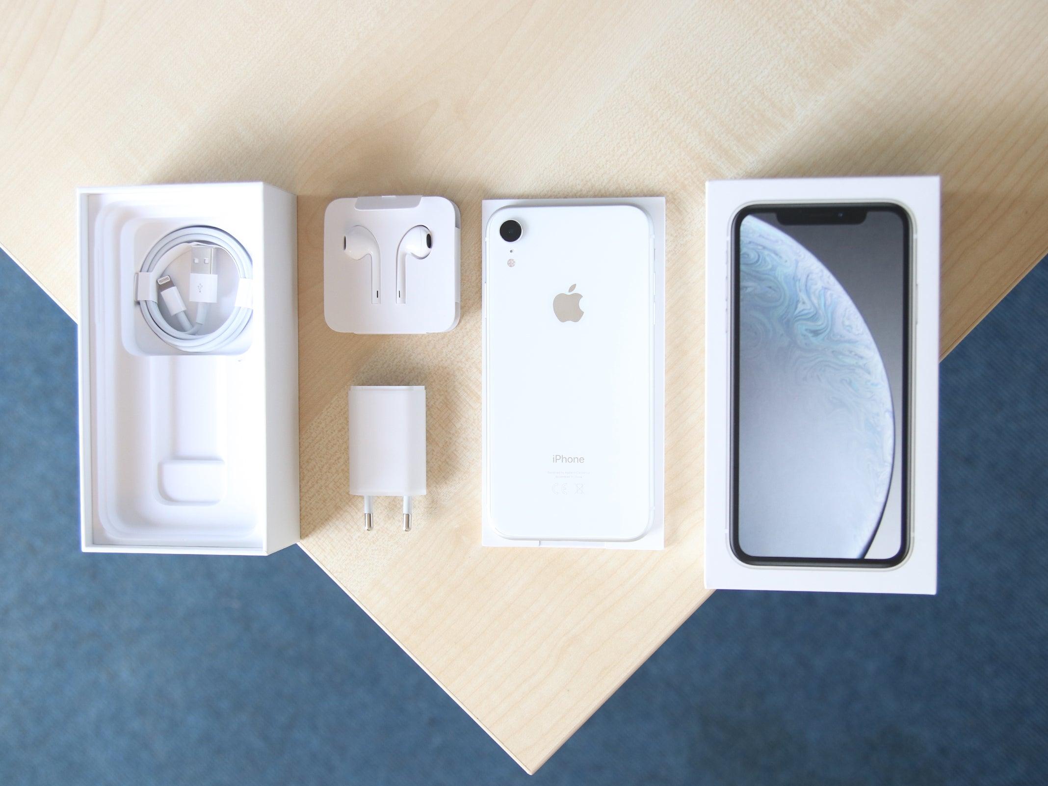 Der Lieferumfang des iPhone XR