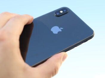 Ansicht der Rückseite des iPhone XS Max in einer Hand