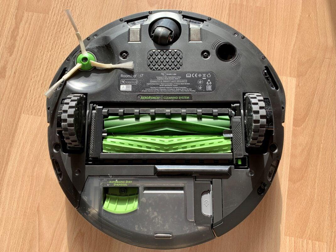 Die beiden entgegengesetzt rotierenden Bürsten auf der Unterseite des iRobot i7+