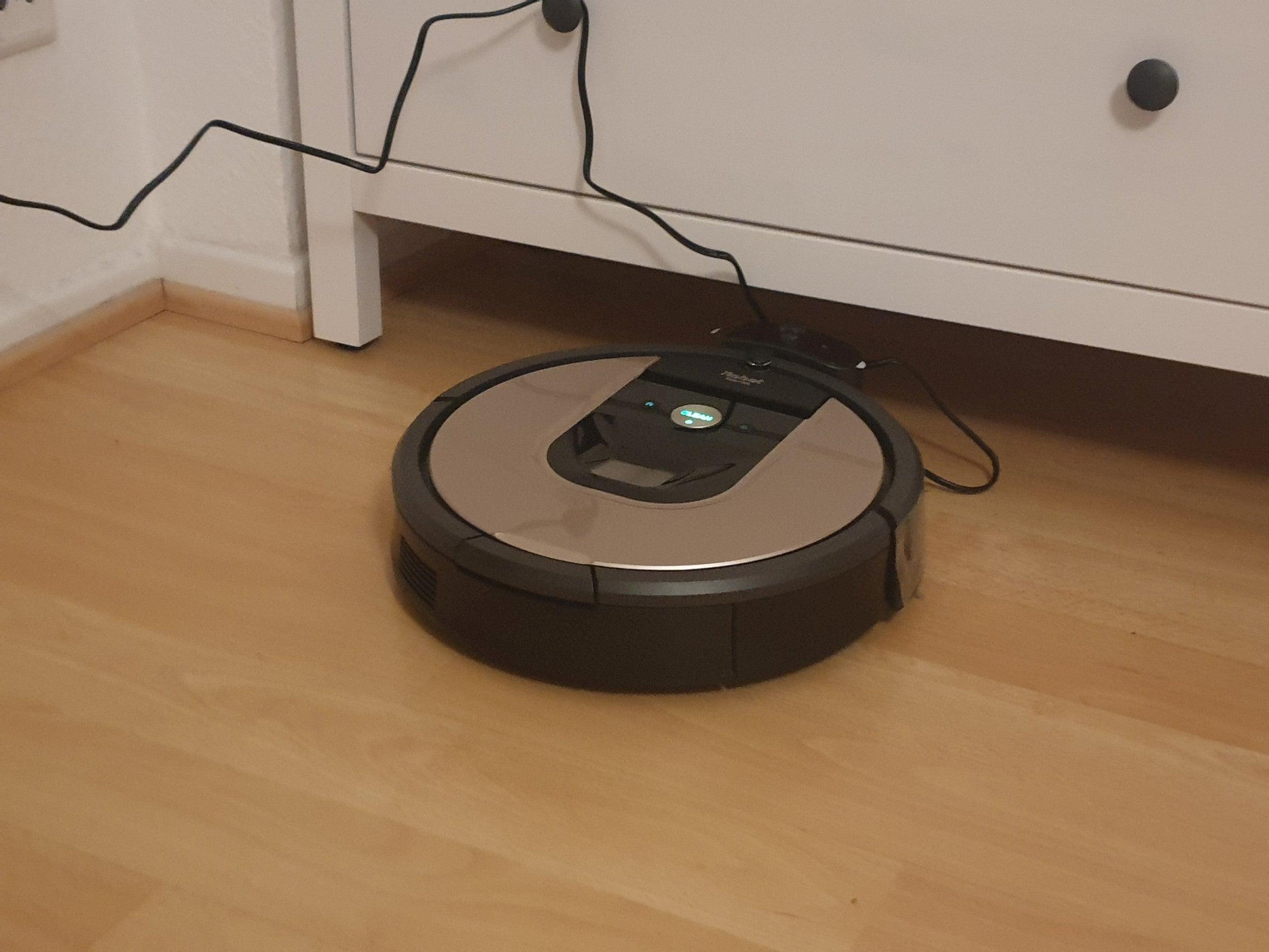 Der Roomba 966 in seiner Ladestation
