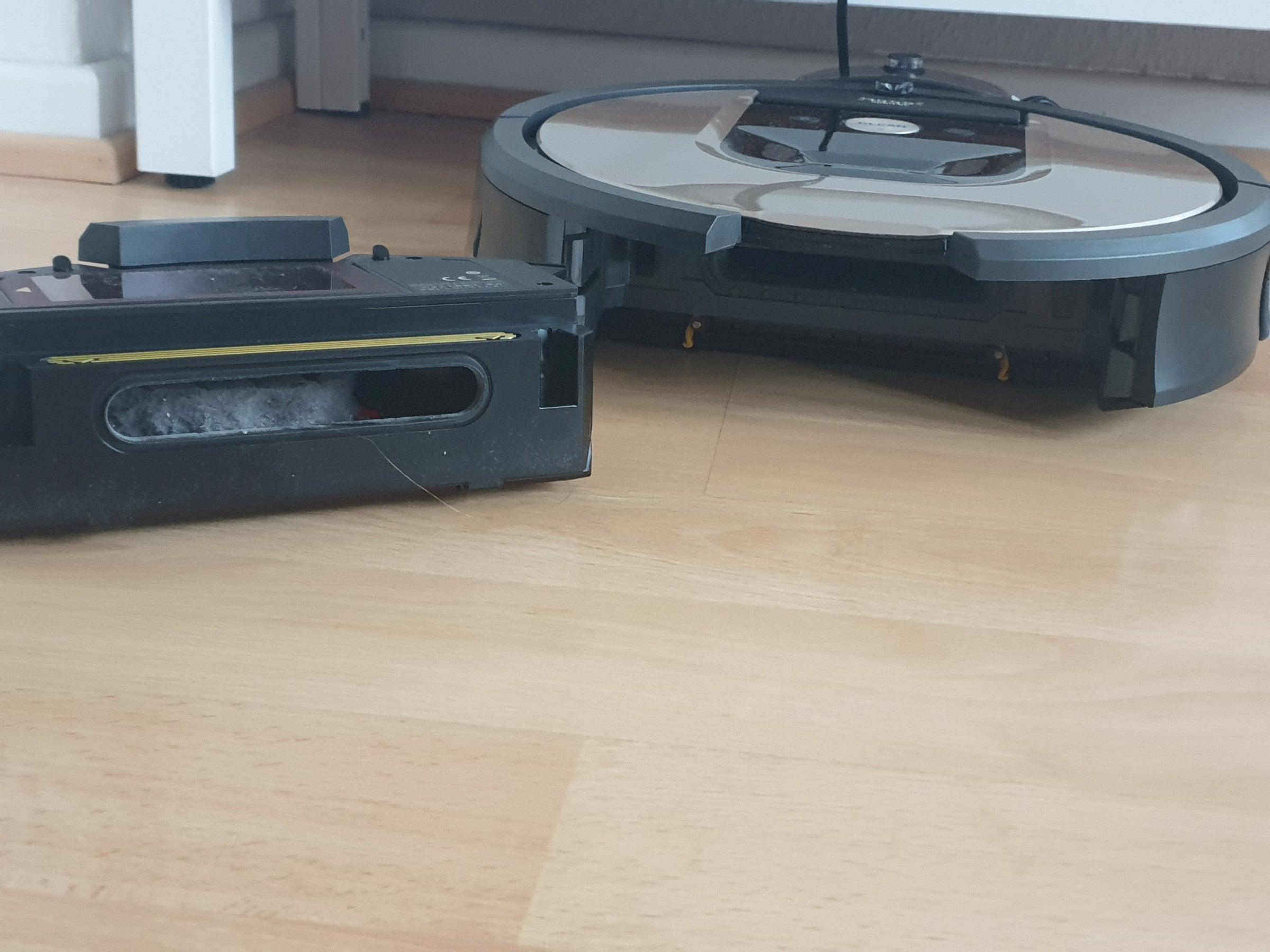 Auffangbehälter aus dem iRobot Roomba 966 ausgebaut