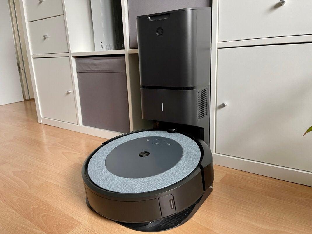 Der iRobot Roomba i4+ in seiner Station