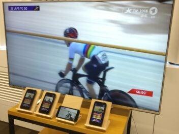 Fersehen über 5G: Versuchaufbau mit meheren Smartphones und einem Fernseher