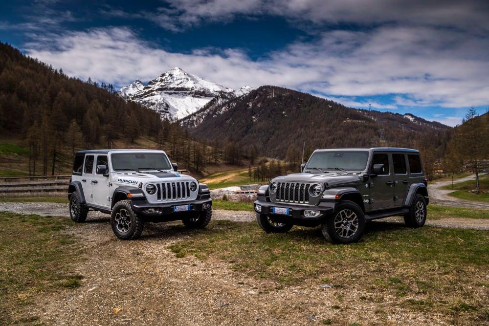 Jeep Wrangler Unlimited 4xe steht im Gelände.