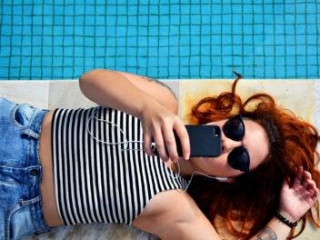 Neue Tarife von Congstar: Junge Frau surft auf Smartphone