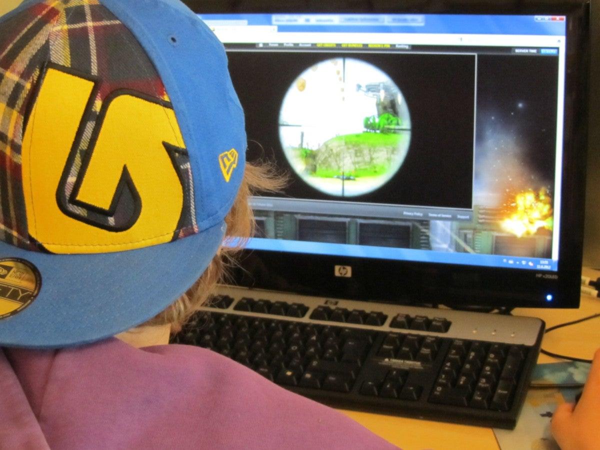 Junge spielt ein Spiel an einem Computer.