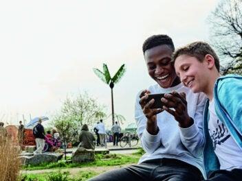 Jungs mit Smartphone