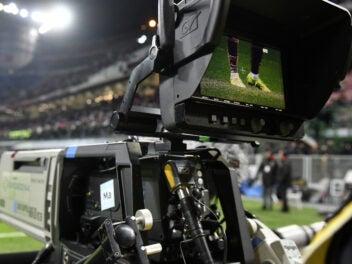 TV-Kamera in einem Fußballstadion