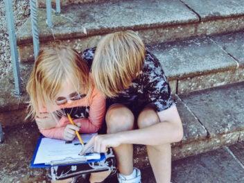 Kleiner Junge und kleines Mädchen auf einer Steintreppe