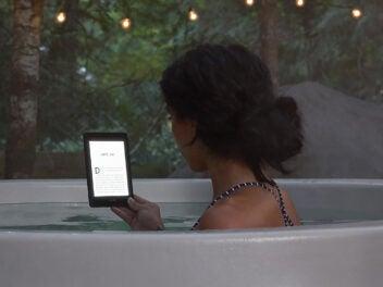 Amazon Kindle Paperwhite - E-Reader mit einer Frau im Pool