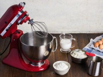 KitchenAid Küchenmaschine mit Schneebesen und Sahne