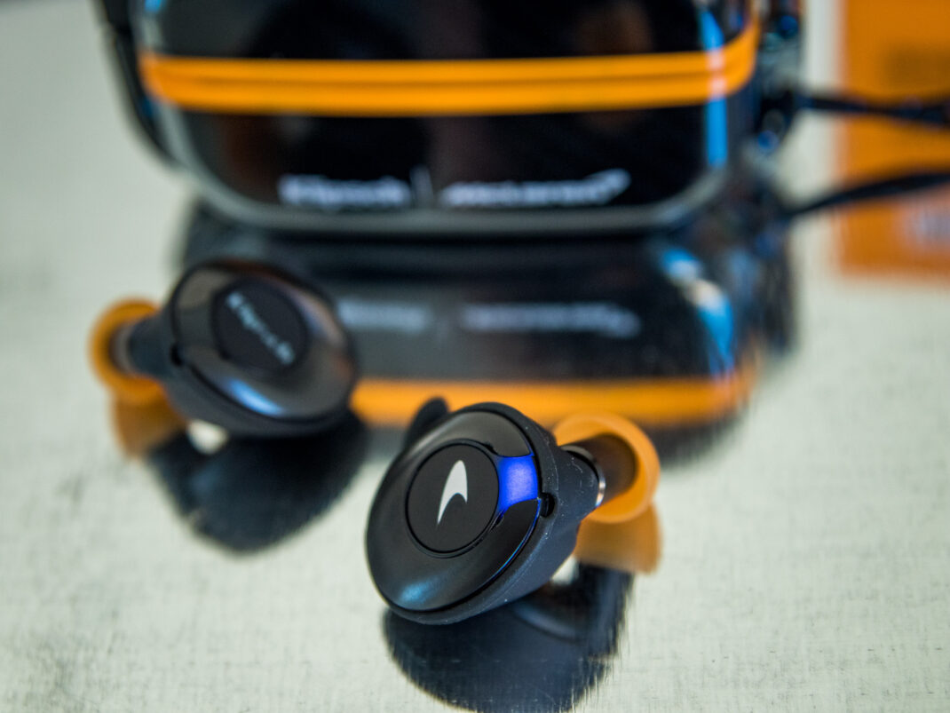 Los auriculares tienen un botón en el medio para controlar la música.