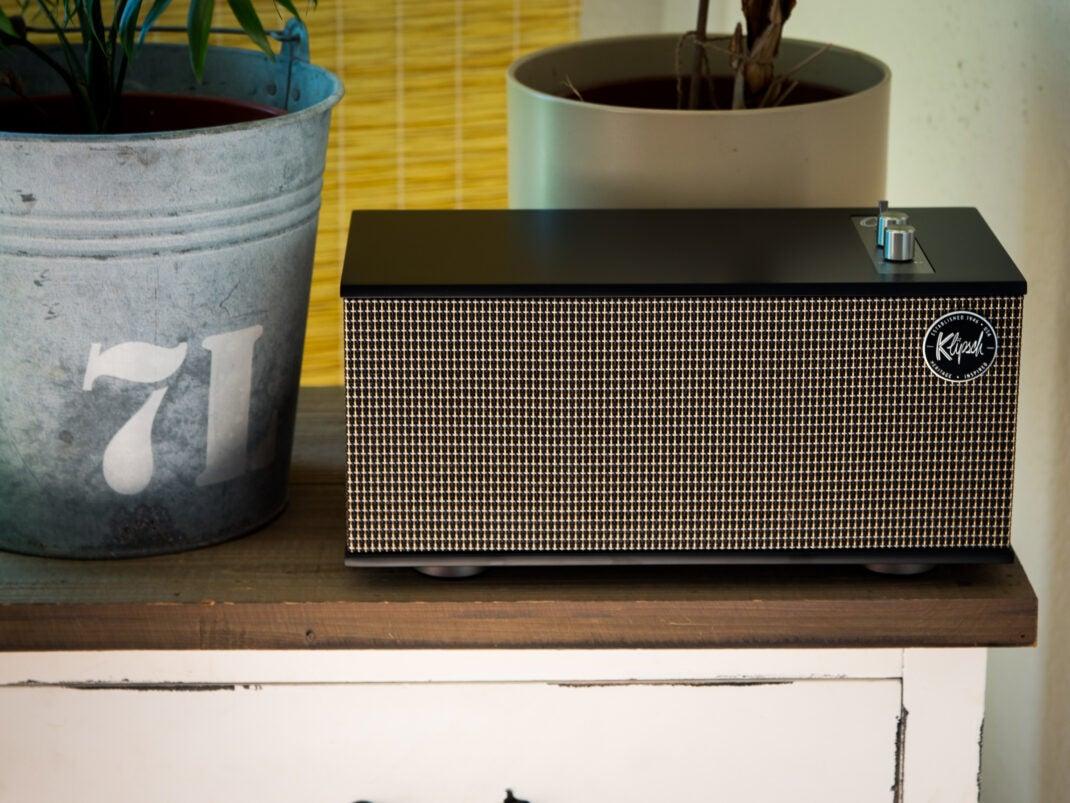 Der Bluetooth-Lautsprecher ist im Wohnzimmer einer wahrer Blickfänger