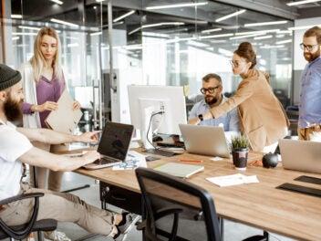 Arbeits-Kollegen-arbeiten-mit-Laptops