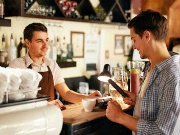 Kontaktlos Bezahlen mit Apple Pay und Google Pay im Cafe