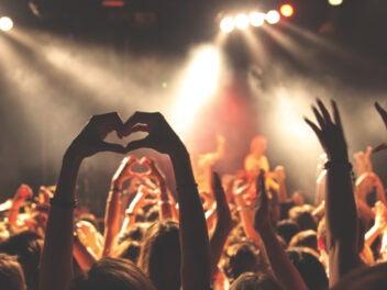 Eine Konzerthalle, wo eine Person ein Herz mit den Händen formt