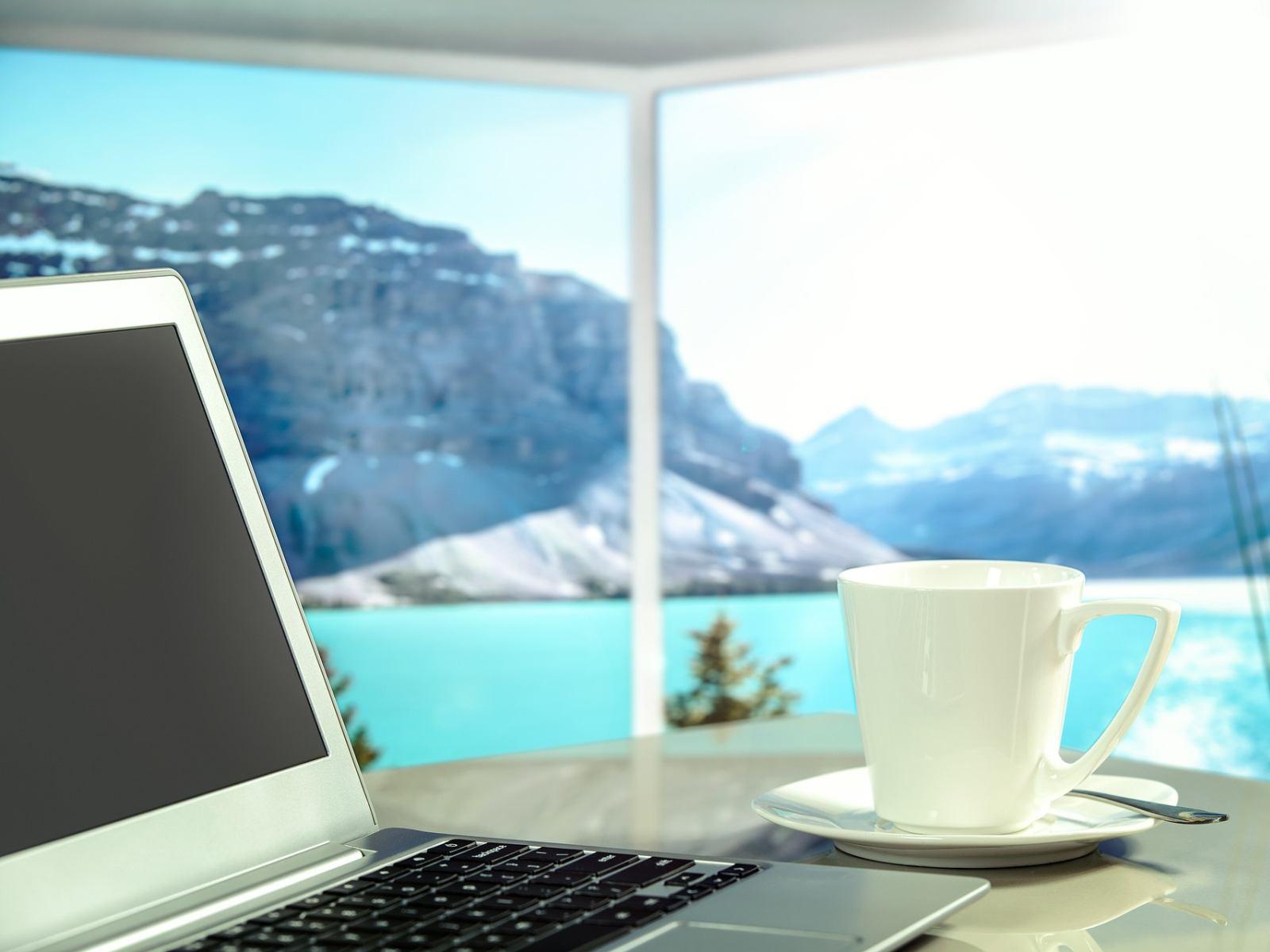 Internet im Ausland nutzen: Ein Laptop vor einem Berg-Panorama