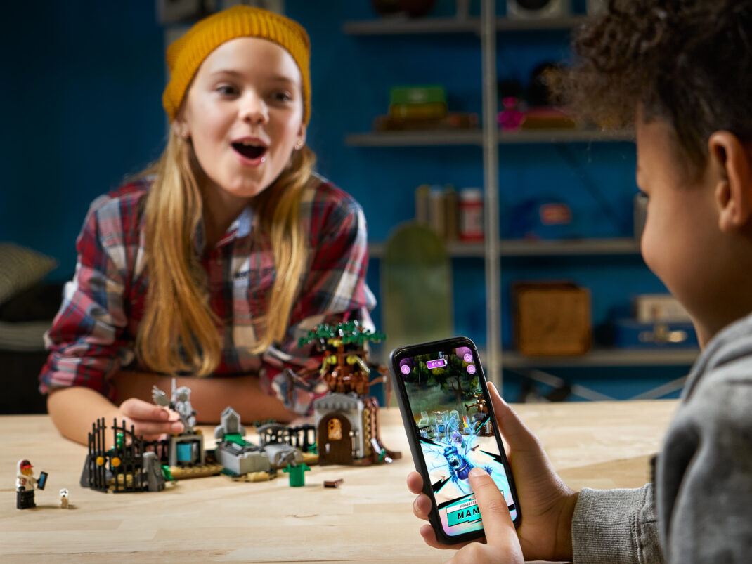 Kinder mit Lego Hidden Side Set